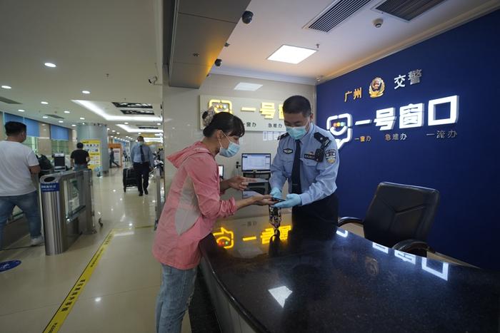 """广州交警设立""""一号窗口"""",集中受理交通管理方面的疑难杂症业务。(警方供图).jpg"""