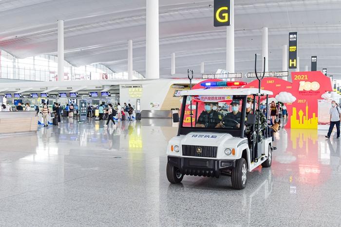 广州白云机场公安武警联合巡逻。(摄影:韦昌鸿).jpg